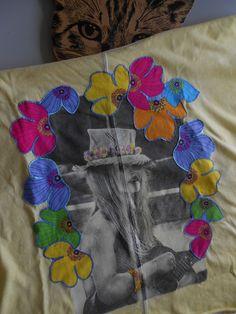 Tee shirt customisé - Quelques notes de guitare sous le soleil de la Madrague ! : T-Shirt, debardeurs par kzachoc