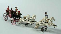 Speelgoed calèche, getrokken door vier witte paarden die tijdens het rijden 'galopperen' - Museum Rotterdam