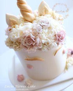 Lucia Butter cream Flower Cake & Class www.luciancake.com  Happy 2017!!!   We have many enquiries for what's in trend in 2016 and we are starting this brand new year with this special request~ The unicorn with floral design!! ✨ Hope you had a good 2016 like us and we are sooo looking forward to many surprises in the new year! We are kicking start the year with our new curriculum with @butterstudio for upcoming workshop.  More details coming soon!  Do drop us an email for more info.  ���...