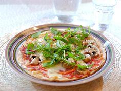 Pizza wraps met salami, rode ui, paprika, champignons en rucola Healthy Wraps, Healthy Recipes, Healthy Food, Pizza Vans, Tortilla Pizza, Tapas, Curry, Good Food, Food And Drink