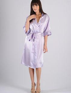 Robe feminino em cetim longuete com abertura transpassada, faixa para amarrar e fechar. Esse robe tem o comprimento um pouco abaixo dos joelhos. Produto muito utilizado em combinação com outros produtos da coleção. http://www.rmdlingerie.com.br/prod,IDLoja,8529,IDProduto,1969703,robe-robe-feminino-robe-feminino-longuete-em-cetim---ag16