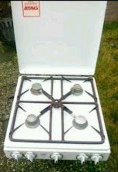 *gasfornuis in het midden een klein pitje voor de koffiepot*op de koelkast