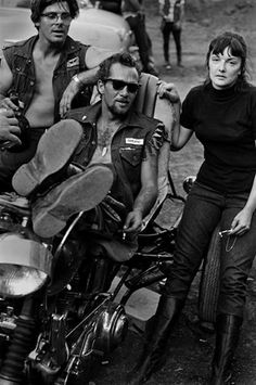 In the legendary Gonzo journalist Hunter S. Thompson scored his first big break. As an assignment for The Nation, Hunter lived with the most notorious motorcycle gang in the United States. Random House published Hells Angels: The Strange and… Hd Vintage, Vintage Biker, Vintage Ideas, Hells Angels, Biker Clubs, Motorcycle Clubs, Sonny Barger, Biker Photography, Hunter S Thompson