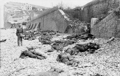 German soldier surrounded by Canadian soldiers killed after the disaster of Dieppe Canadian Soldiers, Canadian Army, Canadian History, Dieppe Raid, Mg34, Royal Engineers, Man Of War, Rare Images, Bing Images