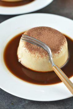 How to make Tiramisu Panna Cotta, creamy and delicious no-bake panna cotta made with agar-agar. A perfect dessert for father's day or your next party. (christmas sweets recipes how to make) Jelly Desserts, Fancy Desserts, Köstliche Desserts, Delicious Desserts, Dessert Recipes, Yummy Food, Plated Desserts, Italian Desserts, Cake Recipes
