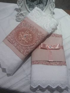 toalha para lavabo Guest Towels, Hand Towels, Tea Towels, Bathroom Crafts, Bathroom Towels, Shabby Chic Interiors, Shabby Chic Homes, Fun Crafts, Diy And Crafts