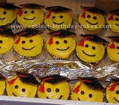 yellow and gold graduation cupcakes Graduation Party Desserts, Pre K Graduation, Graduation Cupcakes, Kindergarten Graduation, Graduation Ideas, Cool Birthday Cakes, Cookie Decorating, Cupcakes Decorating, Cupcake Cakes