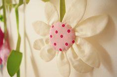 Margaretka Krásna dekoracia na závesy, skrine, postielky. Girlanda je ušitá z bavlnených látok. Dlha cca -280cm Len na objednavku.
