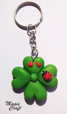 Four-leaf clover key ring with ladybird in polymeric paste-Fimo - Basteln - Diy Fimo, Crea Fimo, Cute Polymer Clay, Fimo Clay, Polymer Clay Projects, Polymer Clay Charms, Polymer Clay Jewelry, Clay Crafts, Jumping Clay