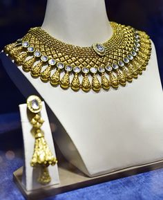 Indian Wedding Jewelry, Indian Jewelry, Bridal Jewelry, Indian Bridal, Antique Jewellery Designs, Gold Jewellery Design, Gold Jewelry, Diamond Jewellery, Gold Necklaces