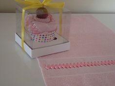 Toalha de mão bordada com trançado de fitas e colocado na caixinha em forma de cupcake. Cores a escolher.