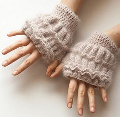 Candy Mandy Gloves, de Whisper Twister. http://www.ravelry.com/patterns/library/candy-mandy-gloves