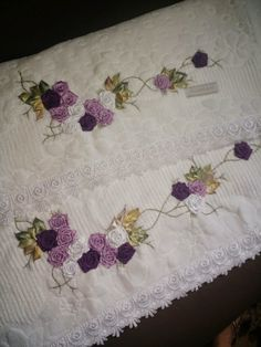 LOY HANDCRAFTS, TOWELS EMBROYDERED WITH SATIN RIBBON ROSES: CONJUNTO TOALHA :BANHO E ROSTO