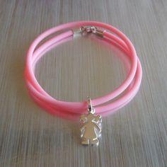 Pulsera de caucho rosa con doble vuelta y colgante de plata Niña. Se puede combinar con otras formas y figuras, hecho a medida. Joyas de Plata para crear historias.