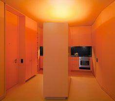 מקרר וארון גבוה במרכז המטבח הקטן ללא חלון במטבח