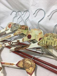 Perchas de madera decoradas en decoupage..Tema cartas antiguas