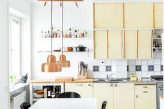Those kitchen cupboards! Kitchen Cupboards, Kitchen Dining, Interior Design Kitchen, Interior And Exterior, Vintage Kitchen, Retro Vintage, Interior Styling, Home Kitchens, Decoration