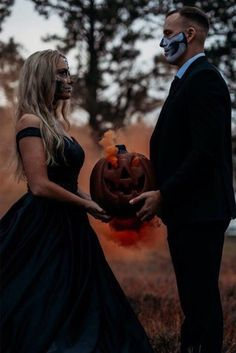 Halloween Wedding Vibes Are you a Halloween bride ? Or have you been the supplier at a Halloween inspired wedding . Horror Wedding, Gothic Wedding, Wiccan Wedding, Medieval Wedding, October Wedding, Fall Wedding, Dream Wedding, Pumpkin Wedding, Geek Wedding