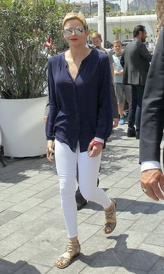 Mirrored shades and gladiator sandals are warm weather staples for a lot of us – including Princess Charlene! The Monaco royal wore this look, along with white skinny jeans, for the Riviera Water Bike Challenge on June 4 in Monte-Carlo. 1950s Fashion, Royal Fashion, French First Lady, Royal Style, My Style, Lady Amelia Windsor, Autumn Phillips, Denim Corset, Charlene Of Monaco