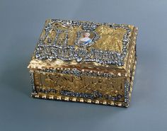 Snuffbox bearing an enamel portrait of Empress Elizabeth Late 1750s Unknown craftsman St Petersburg Gold, enamel, cut diamonds, silver, miniature, glass; chased, polished and painted