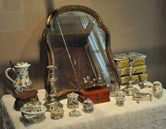 Table de toilette avec objets de faïence (dernier quart du XVIIIe siècle) Rouen Musee de Ceramique