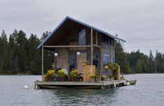 """¿A quién no le gustaría pasar unas vacaciones en una casa flotante como esta? Sólo un """"pero"""": le falta #ROOFY #Tejas #DIY"""