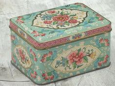 Vintage Daher Ware litho print tin box with hinged lid, pretty for jewelry, buttons etc. Vintage Tins, Retro Vintage, Minimalist Cushions, Litho Print, Metal Tins, Tin Boxes, Old Things, Decorative Boxes, Shabby Chic