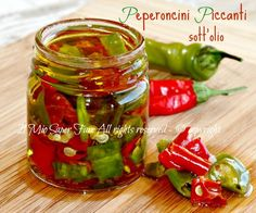 Peperoncini piccanti sotto olio croccanti e senza muffe Easy Cooking, Cooking Recipes, Pesto Dip, Cooking Together, Happy Foods, Stuffed Hot Peppers, Chutney, Fruits And Veggies, Vegetable Recipes