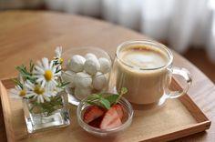 どうしたものか全く気分があがらず仕方ないのでお茶の準備をしてテンションあげてみました_; . . #おうちカフェ #カプチーノ #ブールドネージュ #いちご いちごに添えたミントはいつもこんな風にしてるわけではありませんベランダ菜園のミントが大増殖しているからです使わねば マーガレットもベランダでどんどん育っているので切花にしました 植物ってやっぱりいいなパワーをもらえる感じ #無印良品 #ボデガ #クラスカドー #グラスマグ #花のある暮らし #花のあるくらし by momoca_no Panna Cotta, Ethnic Recipes, Instagram, Food, Dulce De Leche, Essen, Meals, Yemek, Eten
