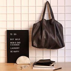 È lunedì. Cose da fare? Mille!  Con il modello Gloria color carbone proviamo a partire con la giusta grinta!  Che ne dite? Possiamo farcela? 😉 #filufilu #handmade #verona #madeinitaly #handmadewhitlove #bag #leather #artisan #fashionrevolution #fashion #monday #mondaymotivation #blackandwhite