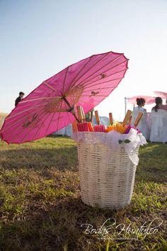 Sombrillas de colores para una tarde soleada en tu Boda en Playa.