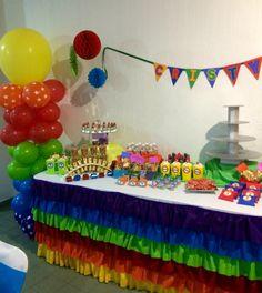 Fiesta de arcoiris Mesa de dulces colores, rainbow candy bar