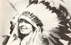 Queen Marie during her visit to the United States in 1926 wearing a Sioux headdress, presented to her by Red Tomahawk Painted Clothes, Ferdinand, Queen Victoria, Elizabeth Ii, Vintage Photographs, People Like, Headdress, Romania, Sioux