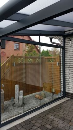 Pfiffiges Überdachungssystem macht die Terrasse zum Sommergarten --> http://baufux24.com/pfiffiges-ueberdachungssystem-macht-die-terrasse-zum-sommergarten/