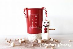 Marshmallow Snowmen Stirrers Hot chocolate will never be the same. These tasty marshmallow candy cane stir sticks are a perfect addition to your hot chocolate on a cold day. Easy Holiday Recipes, Easy Recipes, Melting Chocolate, Hot Chocolate, Marshmallow Snowman, Pretzel Sticks, Stir Sticks, Candy Cane, Cocoa