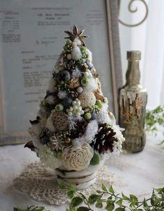 Christmas Flowers, Diy Christmas Tree, Xmas Tree, Christmas Projects, Handmade Christmas, Christmas Wreaths, Victorian Christmas Ornaments, Christmas Landscape, Christmas Tree Decorations