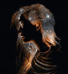 REFLEXO!  Veja o reflexo no espelho Que a sua alma produz Tens o brilho da luz Ao lampejar claridade  Despida de toda maldade Com a crueza do espelho Que trás em tons de vermelho As cores do entardecer  E o brilho que tu emanas Transporta para o infinito Os tons de azul mais bonito Para encantar teu olhar  Quero no espelho ficar A fitar o rosto amado Como se fosse você Que visse do outro lado! Marilene Azevedo