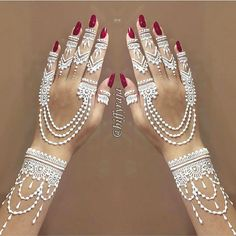 Explore latest Mehndi Designs images in 2019 on Happy Shappy. Mehendi design is also known as the heena design or henna patterns worldwide. We are here with the best mehndi designs images from worldwide. Henna Mehndi, Arte Mehndi, Henna Art, Mehendi, Arabic Mehndi, Easy Mehndi, Mehndi Dress, White Henna Tattoo, Henna Tattoo Hand