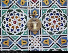 Grifo sobre pared con mosaicos