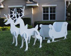 moderne Weihnachtsdeko für den Garten - weiße Hirsche und Schlitten