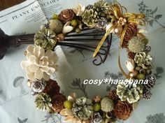 玄関リースとしてお使い頂けます。ゴールドの中にもモスグリーンやホワイトが見え隠れしていて大人のクリスマスを演出してくれます。 花材…松ぼっくり ...|ハンドメイド、手作り、手仕事品の通販・販売・購入ならCreema。