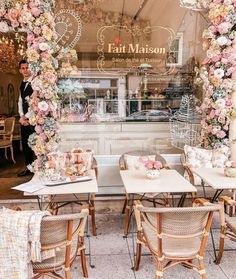 One of the happiest places on earth ❤️ image via Pretty … Einer der glücklichsten Orte der Welt ❤️ image via Pretty City london in pink Cake Shop Design, Coffee Shop Design, Bakery Design, Restaurant Design, Bakery Interior, Cafe Interior Design, Cafe Design, Pastry Shop Interior, Cake Shop Interior