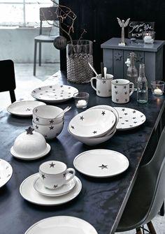 Sternenregen am Frühstückstisch - nicht nur zur Weihnachtszeit überzeugt dieses kontrastfarben mit Sternen bedruckte Geschirr-Set mit schlicht-modernem Charme. #sternchen #service #modern