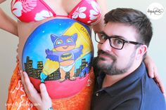 Body painting para embarazada con barriga pintada con dibujo de cigüena y bebé de La que pinta con barriga pintada con dibujo de mini Batman en Gotham City de La que pinta en Barcelona