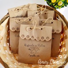 Scalloped edge with twine or ribbon. Embalagens para Lembrancinhas: 29 Ideias Criativas com Passo a Passo Wedding Favours, Wedding Gifts, Homemade Gifts, Diy Gifts, Soap Packaging, Packaging Ideas, Pretty Packaging, Paper Gifts, Diy Paper