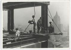 Construido durante la Gran Depresión, el Empire State Building es un símbolo de recuperación económica después del crack del 29. Estas fotografías fueron tomadas durante su construcción, reflejando el peligro diario al que se exponían los trabajadores. Por aquel entonces se trataba del edificio mas alto del mundo,y digno sucesor de la torre Eiffel. Esta es una colección propiedad del New York Public Library. También puedes ver 20 fotografías de la construcción de la Tor...