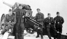Cañon con una dotación de españoles de la División Azul perteneciente al 250º Regimiento de Artillería hispano a las afueras de Leningrado.