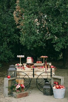 Wedding - Apple Wedding - Autumn wedding - cake table is a wooden wagon with crates of apples. Dessert Bar Wedding, Fall Wedding Cakes, Wedding Desserts, Autumn Wedding, Dessert Bars, Wedding Themes, Rustic Wedding, Table Wedding, Gold Wedding