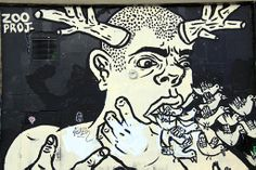 Zoo project: Mourad Berreni raconte que son fils, qui ne voyait pas les couleurs, peignait en noir et blanc et créait de gigantesques fresques sur les murs des immeubles. Bilal, Zoo Project de son nom d'artiste, cherchait un moyen d'exister dans ce système avec lequel il était en désaccord.