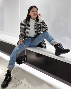 Korean fashion has been trending for many years, and it's for good reasons. With Korean's approach to outfits, accessories, and shoes, it is no doubt how many people search for Korean fashion trends for great looks. Looks Style, Looks Cool, My Style, Trendy Style, Look Fashion, Winter Fashion, Trendy Fashion, Womens Fashion, Bad Fashion